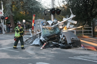 Woman dies after train strikes car in Menlo Park | News
